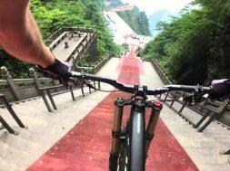 999 scalini in 30 secondi con una mountainbike