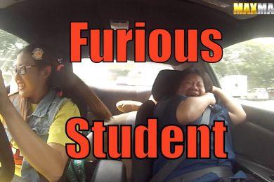 Scherzo scuola guida con pilota professionista