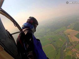 Si lancia da un elicottero senza paracadute