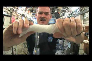 Cosa succede se strizzi uno strofinaccio nella Stazione Spaziale in assenza di gravità?