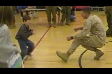 Prima, questo bambino, non era riuscito mai a camminare ma quando vede papà tornare trova le forze per farlo…La straordinaria forza dell'amore