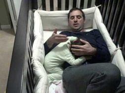 Questo papà ha trovato il modo di far smettere di piangere la sua bambina