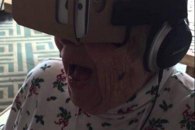La nonna che prova la realtà virtuale per la prima volta