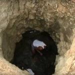cerca acqua per famiglia, costruisce pozzo da solo