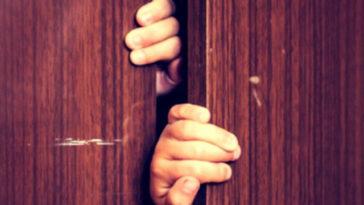 Amante vive in un armadio: scoperto, uccide il marito