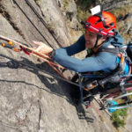 Atleta paraplegico si dà all'arrampicata in sedia a rotelle