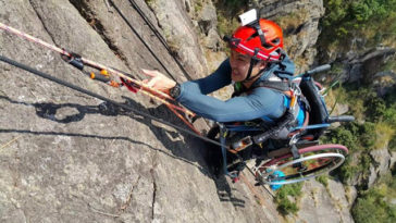 Atleta paraplegico si dà all'arrampicata in sedia a rotelle