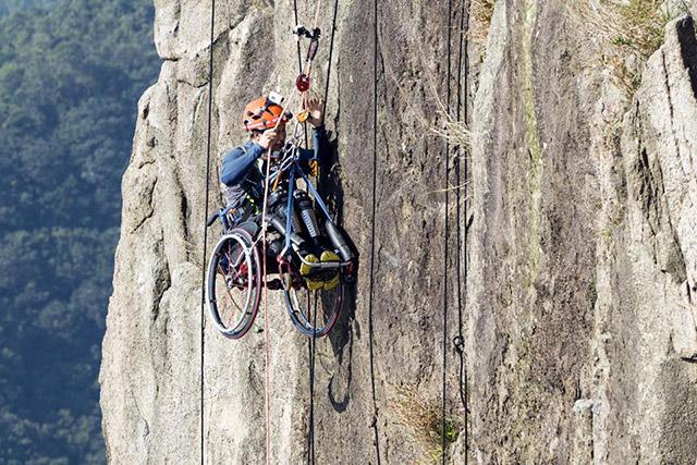 Appassionato di arrampicata anche dopo incidente non rinuncia