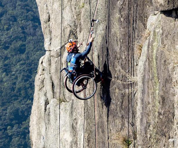 Lai Chi-wan scala la montagna con la sedia a rotelle