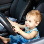 A 4 anni mette in moto l'auto e investe papà e sorella