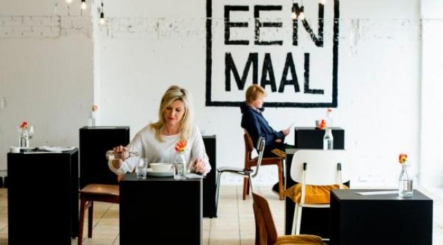 Tavoli monoposto in un ristorante ad Amsterdam